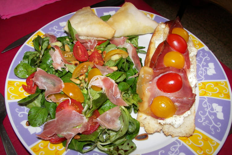 Salade de mâche, tomates cerises et jambon cru