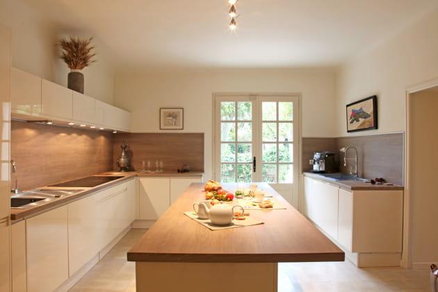 Cuisine moderne blanc et bois - Deco cuisine contemporaine ...