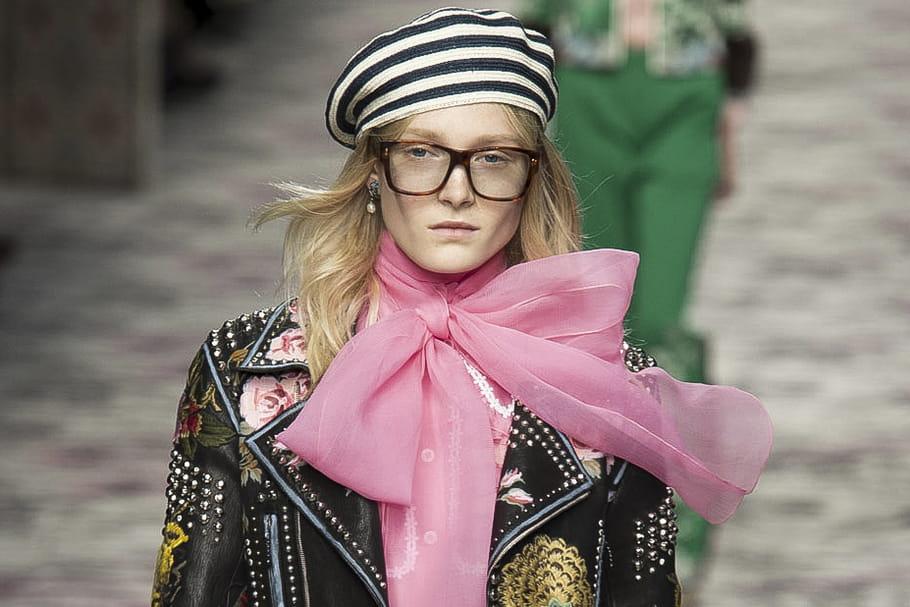 Comment nouer et porter le foulard en soie style carré Hermès?