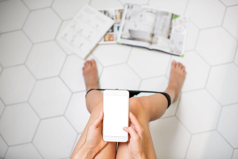 Utiliser son téléphone aux toilettes: l'erreur qui favorise les hémorroïdes