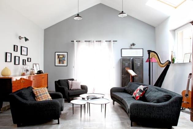 Un salon noir, blanc et marron