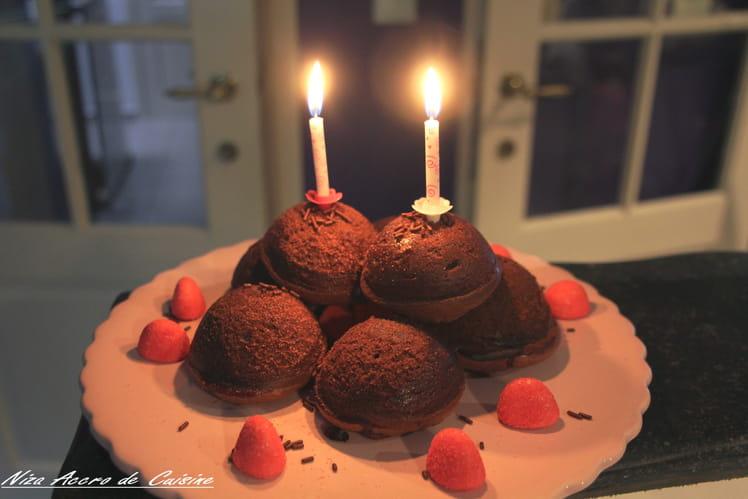 Muffins d'anniversaire au chocolat et fraises d'été