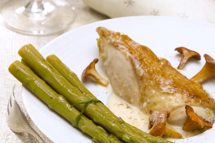 Suprême de volaille aux asperges vertes et sauce aux girolles
