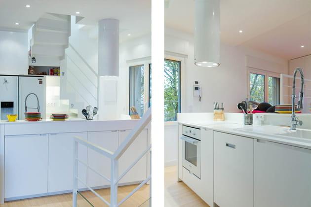 Une cuisine avec des rangements de chaque côté