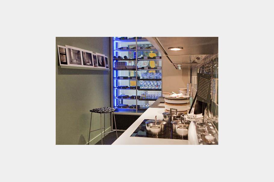 la cuisine duo de bleu et blanc dans un appart haussmannien journal des femmes