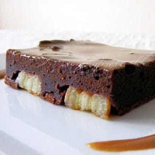 carrés fondants chocolat banane, sauce caramel
