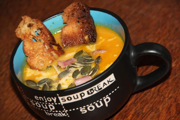 Soupe à la courge sucrine du berry, à la carotte, à la pomme et au lait de coco