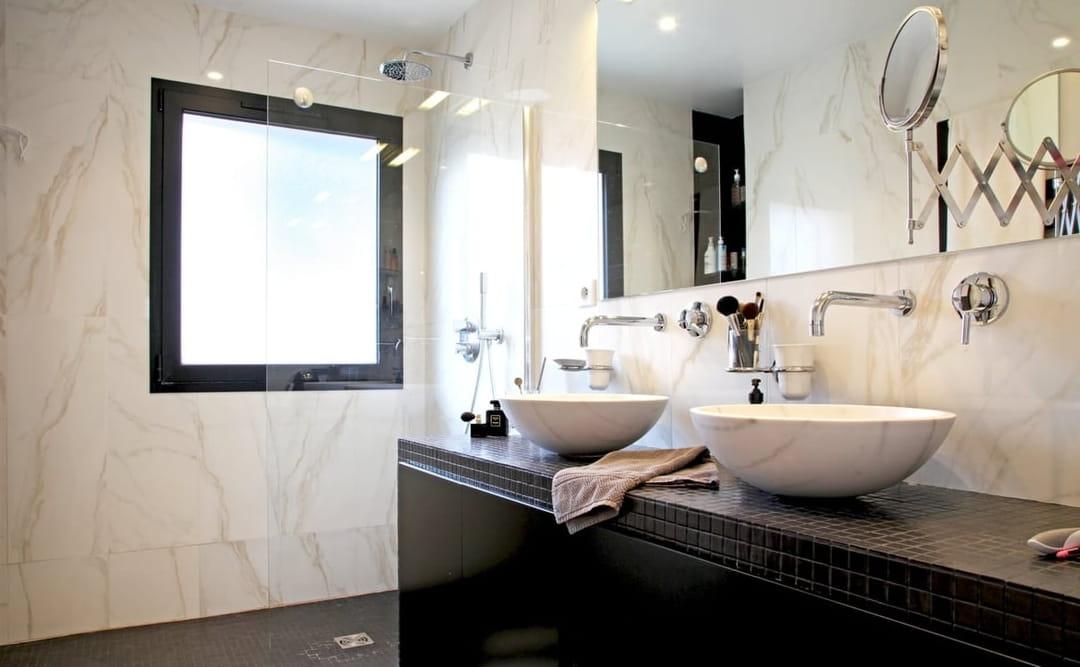 salle-de-bain-marbre-carrelage-noir