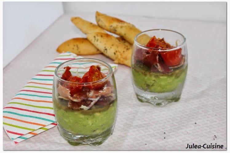 Verrines purée avocat-amande pimentée, jambon serrano et tomates cerises rôties