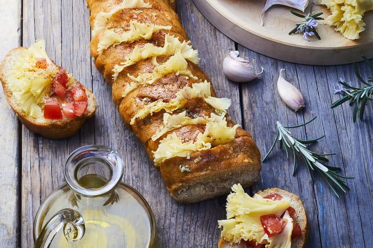 Toasts de pain à l'ail, tartare de tomates et Tête de moine AOP