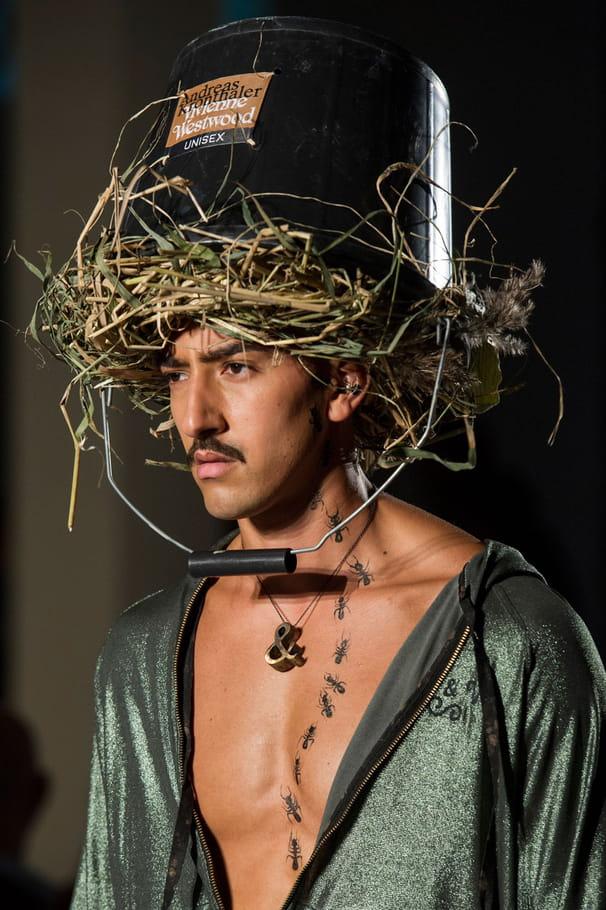 Le chapeau seau de paille du défilé Vivienne Westwood