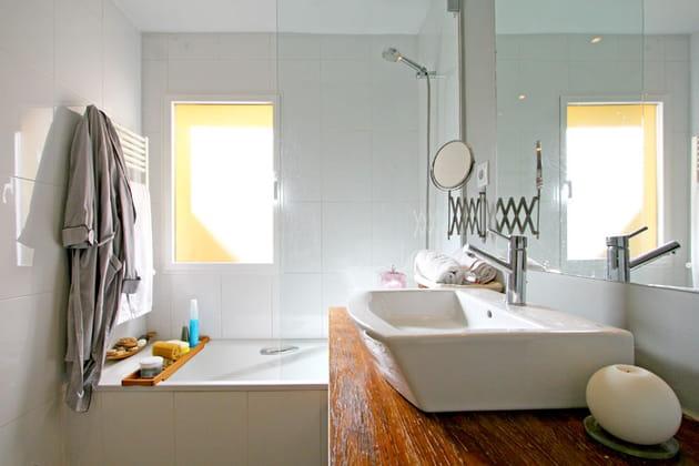 Une salle de bains en sobriété