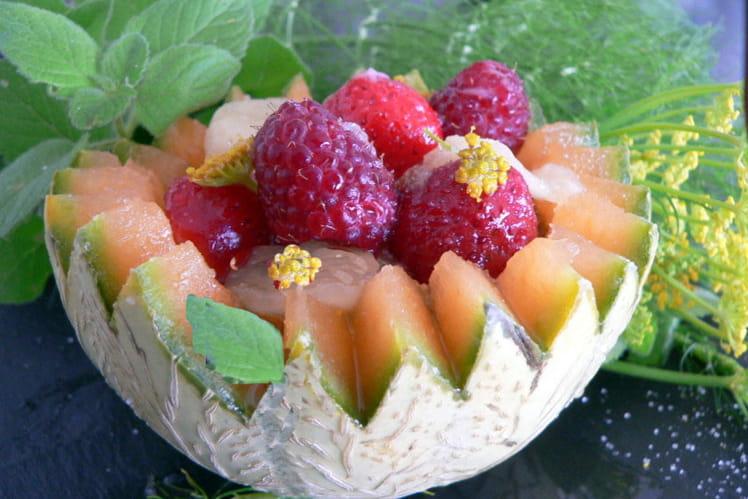 Salade de fruits d'été au sirop de menthe fraiche