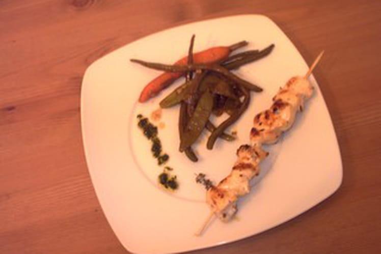 Brochettes de poulet grillé et  jeunes légumes