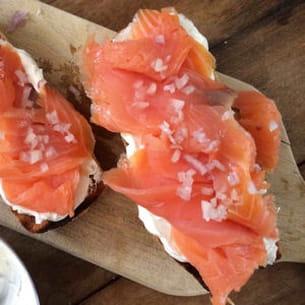 tartine saumon fumé, échalotes et fromage frais