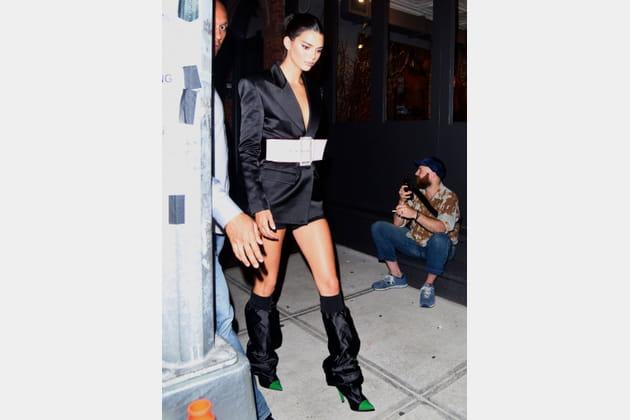 Kendall Jenner en veste smocking satinée et ceinturée