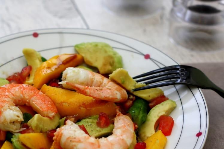 Salade hivernale aux crevettes, avocat et fruits exotiques