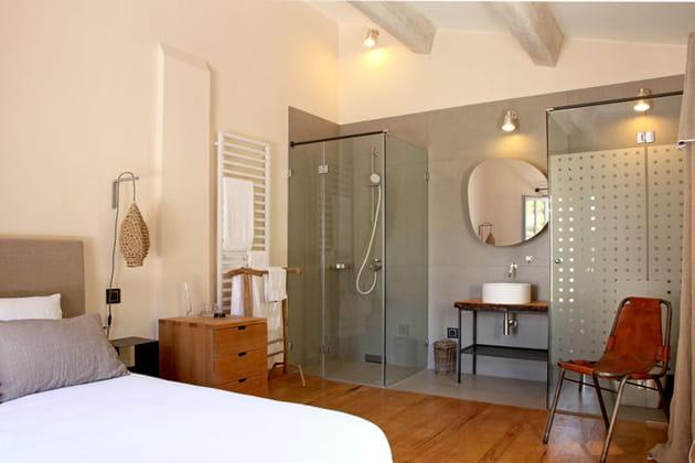 Une salle de bain avec douche à l'italienne
