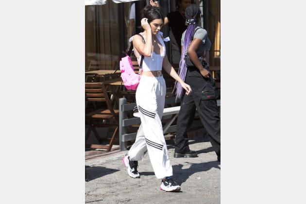 Kendall Jenner en jogging adidas et sac à dos rose