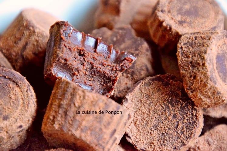 Truffe au chocolat noir, à la confiture de lait et à l'ail noir
