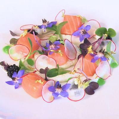 saumon sur crème de raifort au wasabi, radis et fleurs de printemps