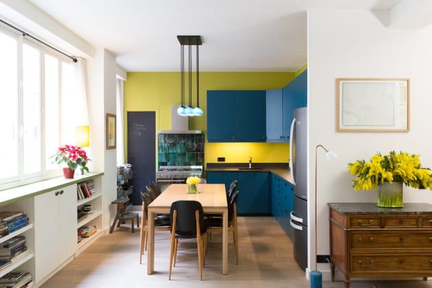 Une cuisine ouverte pleine de couleurs