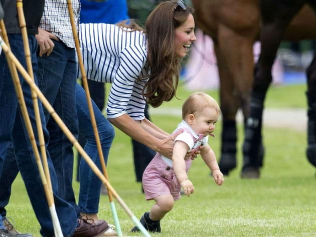 Prince George fait ses premiers pas