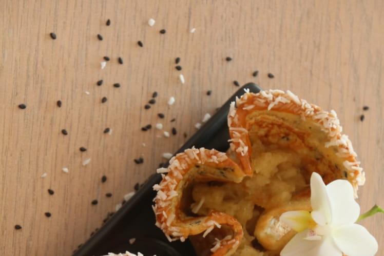 Kouign amann en corolles au sésame noir, compotée d'ananas et caramel coco