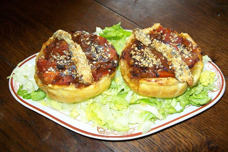 Tartelettes oignon-tomate, graines de sésame et pavot