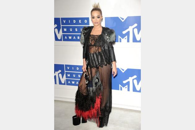 Rita Ora en tenue hobo rock