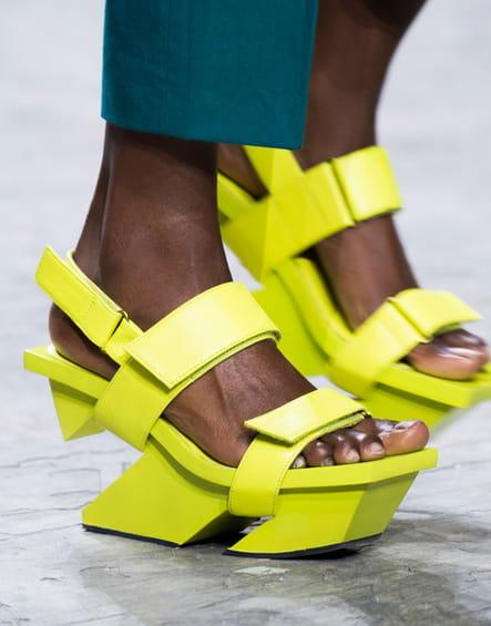 Les sandales compensées du défilé Issey Miyake