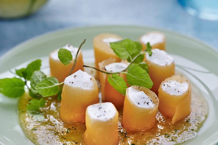 Cannelloni de melon mariné à la cardamome verte, mousse de ricotta aux zestes d'orange, coulis de melon et mélisse