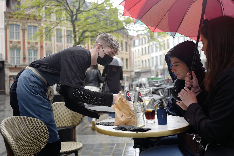 Réouverture des bars et restaurants: les terrasses payantes dès la fin de l'été à Paris