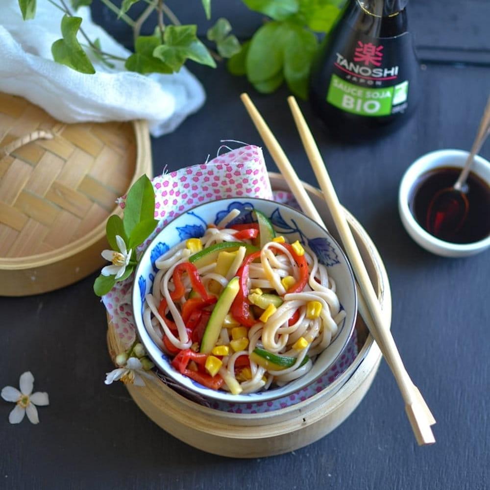 Wok de nouilles Udon aux courgettes, poivrons, maïs et ...