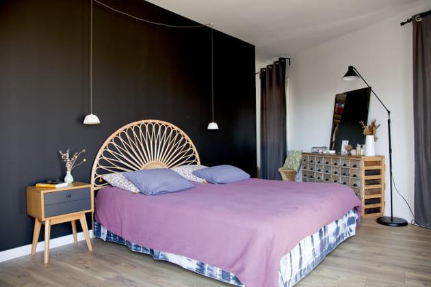Un mur noir dans la chambre à coucher