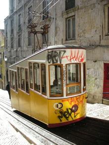 ne manquez pas la traversée du quartier historique de lisbonne dans le mythique