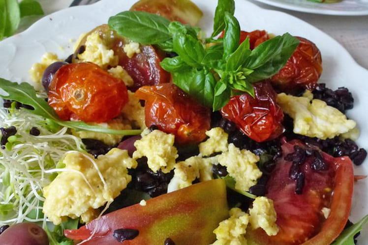 Salade de tomates rôties, oeuf et riz noir sans gluten