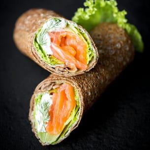 crêpes de blé noir façon rouleaux au saumon fumé