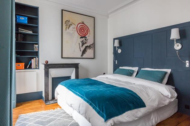 Structure de tête de lit repeinte en bleu