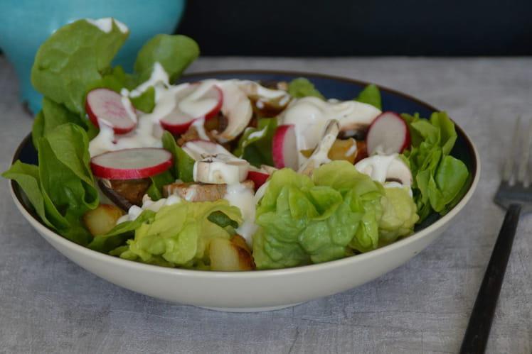 Salade printanière aux pommes de terre, porc, radis et champignons de Paris