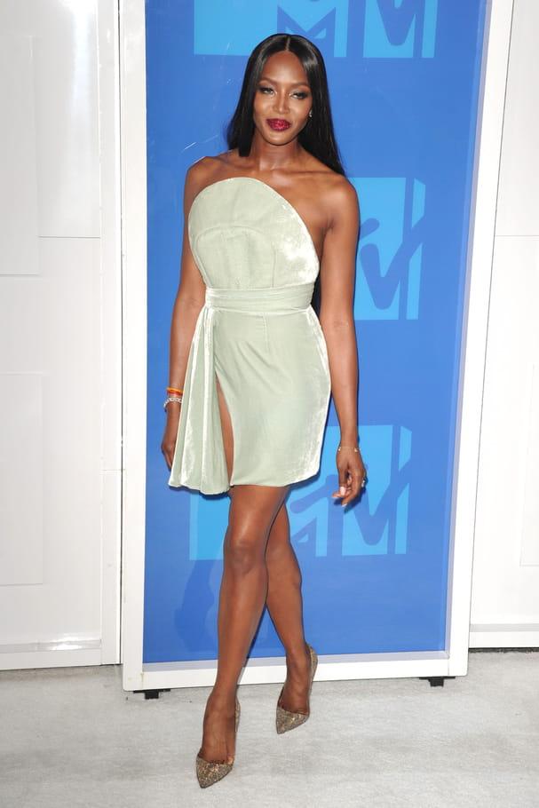 Naomi Campbell en robe bustier vert d'eau