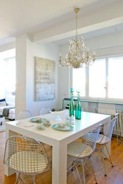 lustre à pampilles au-dessus de la table à manger