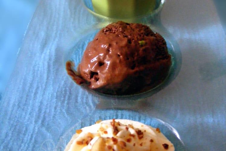 Glace au chocolat aux éclats de pistaches