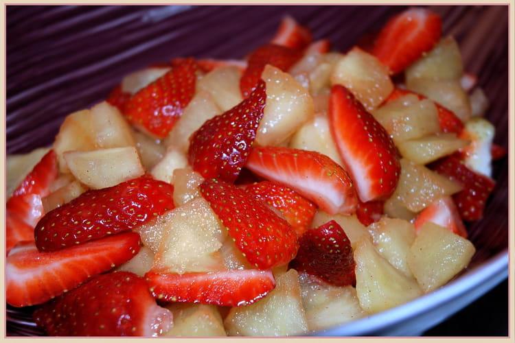 Salade de pommes et fraises à la cannelle