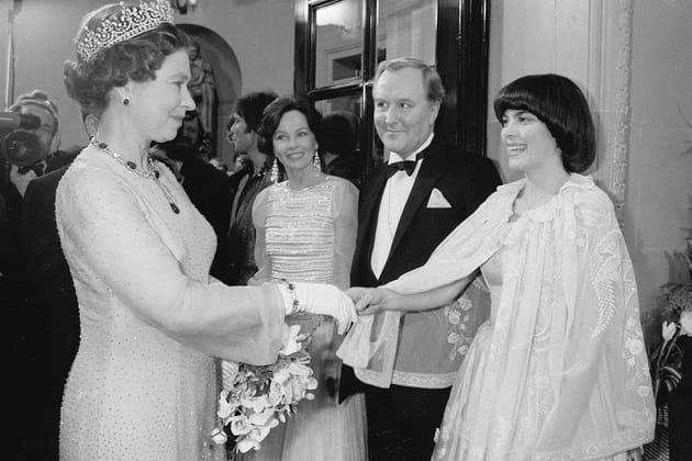 Face à la reine Elisabeth II