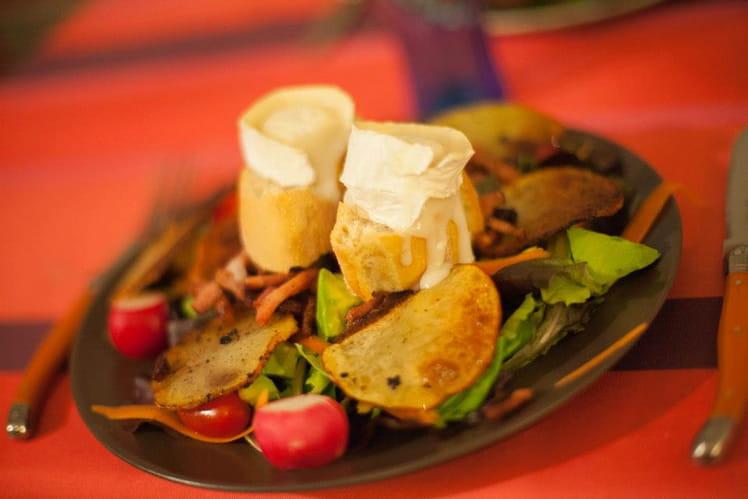 Salade de chèvre chaud aux tomates cerises, pommes de terre et lardons