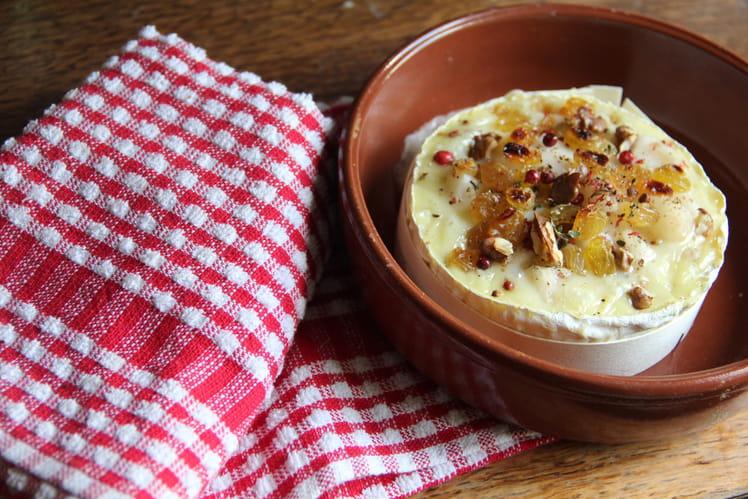 Camembert au four, poire, noix et raisins secs