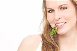 le thé vert, sans sucre, participe à la bonne hygiène dentaire.