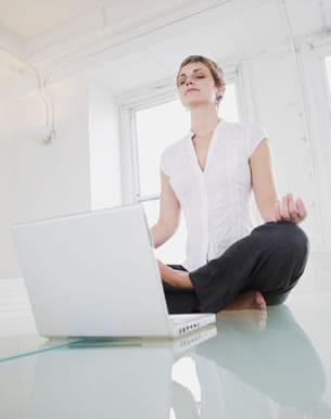 sans aller jusqu'à faire du yoga sur votre lieu de travail, il est possible de