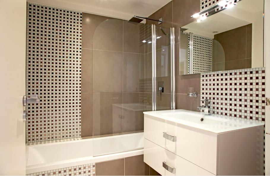 Une salle de bains g om trique une salle de bains taupe for Reveil de salle de bain